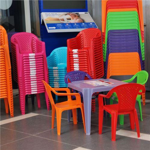 Stabelbar plaststol til børn - 5 farvevarianter